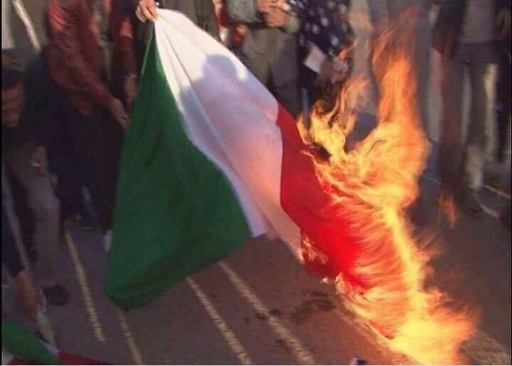 In Libia brucia ancora il Tricolore: è l'offensiva di Haftar contro l'Italia