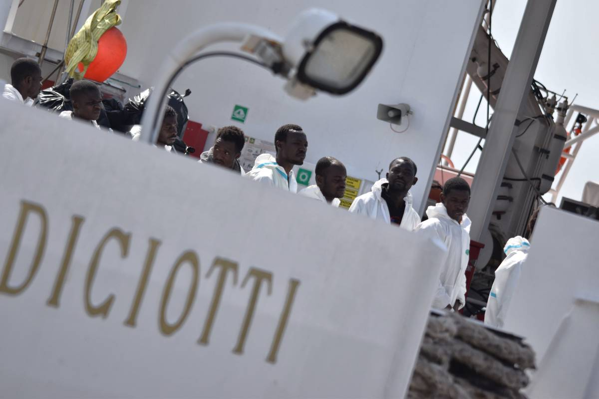 """Scontro tra Salvini e Toninelli: """"La Diciotti non attraccherà"""""""