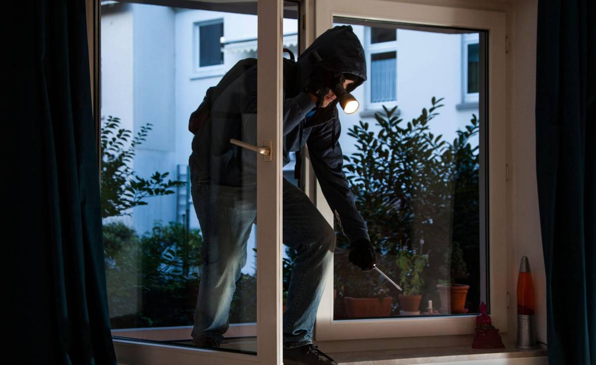 Stranieri entrano in villa per rubare. Uno viene preso e massacrato