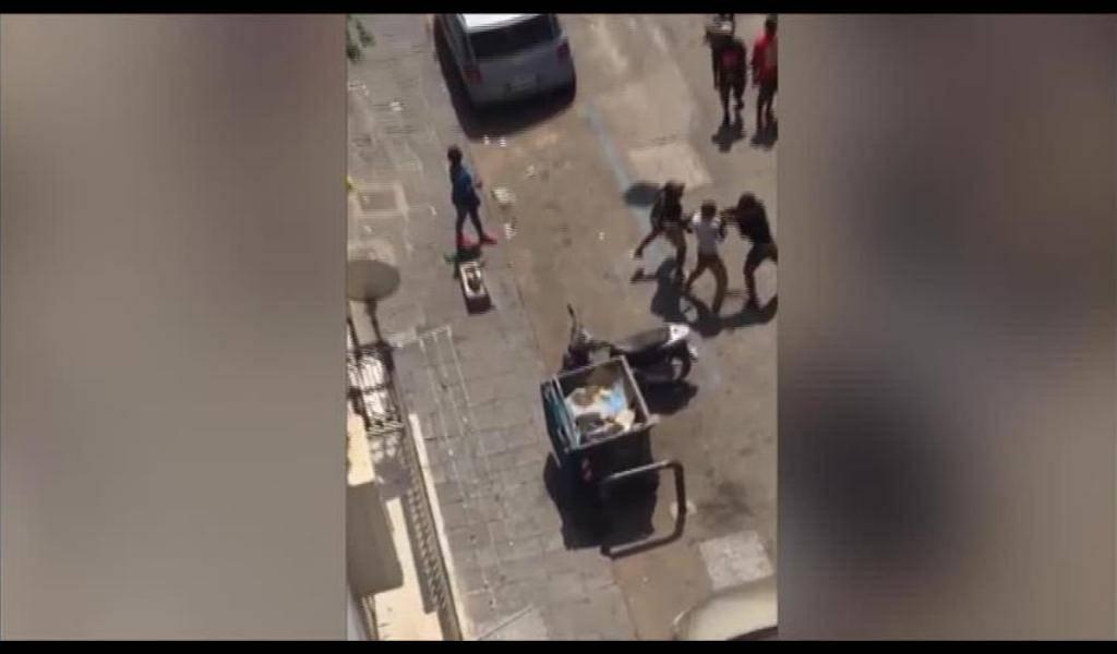 Napoli, militare separa 2 stranieri, aggredito: 3 risse in poche ore
