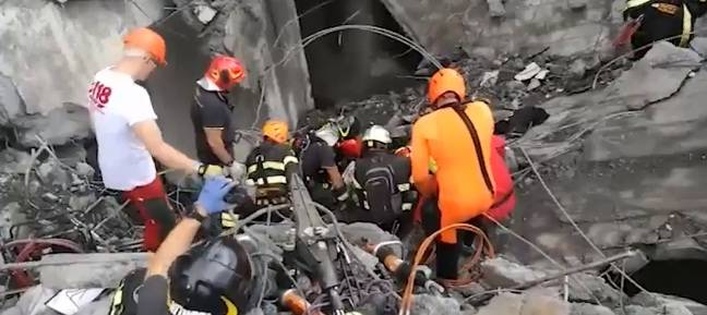 Natasha, salvata dai soccorritori dopo il crollo del ponte