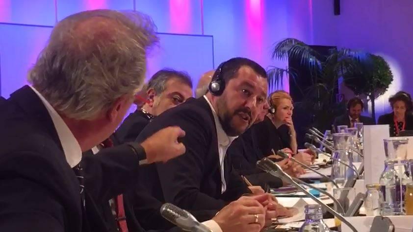 """""""Mer..."""" e sbatte il microfono. Scontro tra Salvini e Asselborn"""