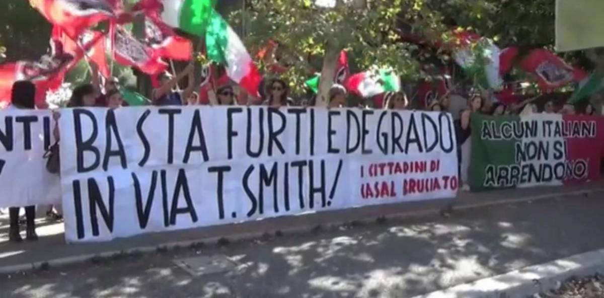 CasaPound sfila contro rom e rischia la rissa col corteo della sinistra