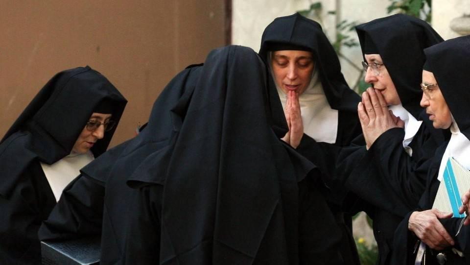 """Ora le suore rimproverano le """"sorelle d'Italia"""" dei porti aperti"""
