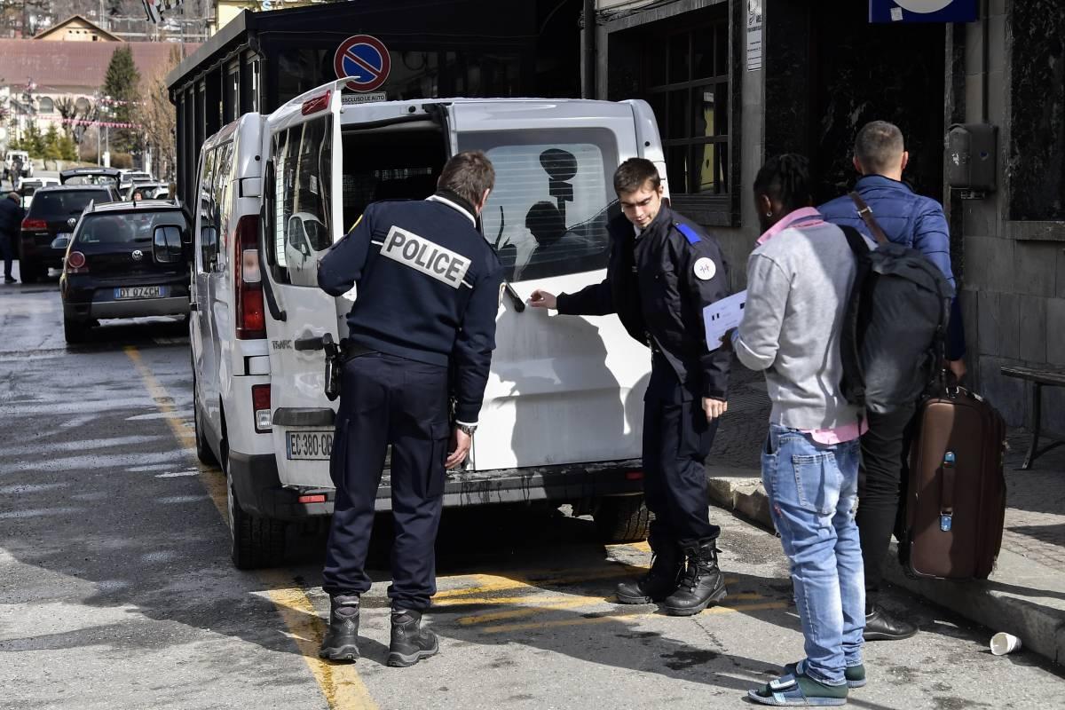 Macron ci scarica i clandestini. Alta tensione tra Italia e Francia