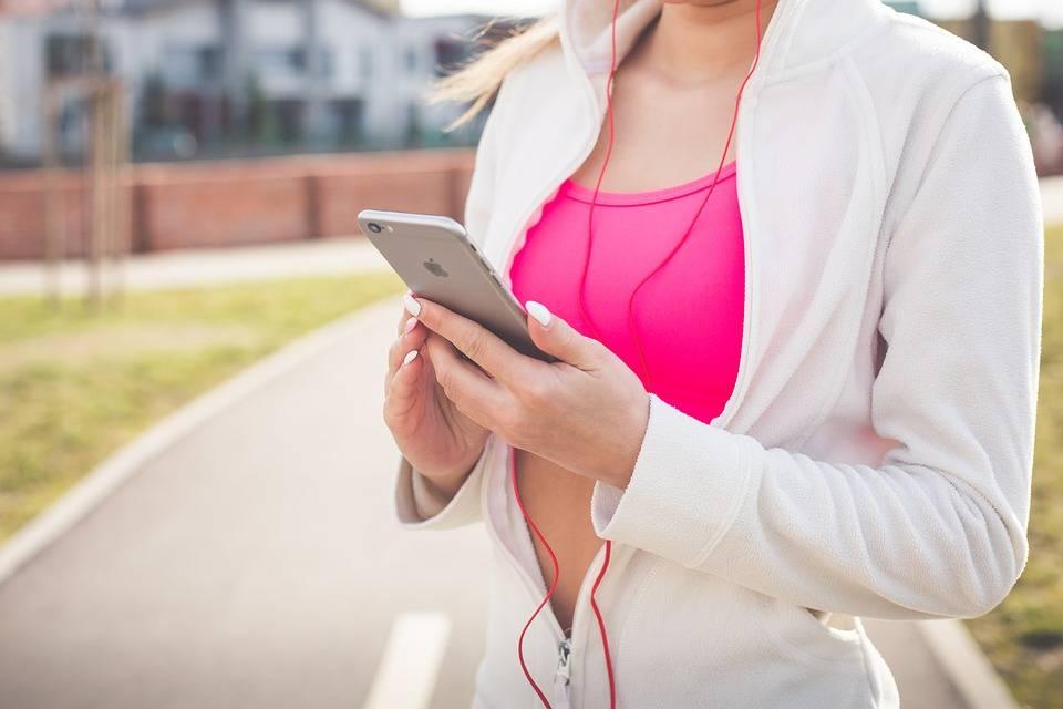 Sassari multa i pedoni che attraversano guardando lo smartphone
