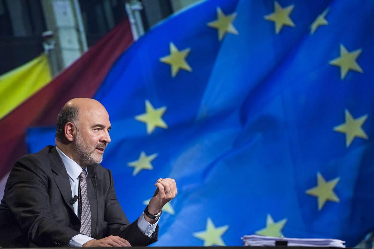 """Moscovici ora difende la Francia: """"Parigi può sforare il 3 per cento"""""""