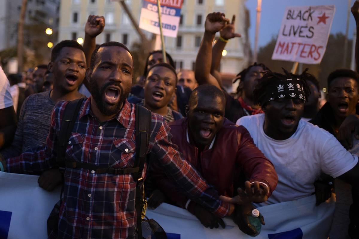 """Migranti e antagonisti in corteo, soliti cori choc: """"Lega Salvini, legalo bene"""""""