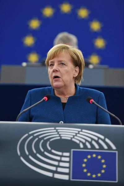 """Merkel sta con Macron: """"Sì a un esercito europeo"""""""