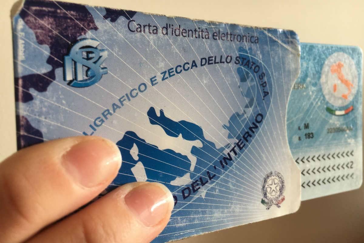 """""""No a padre e madre sui documenti"""", """"Avanti"""". Scontro tra il Garante e Salvini"""