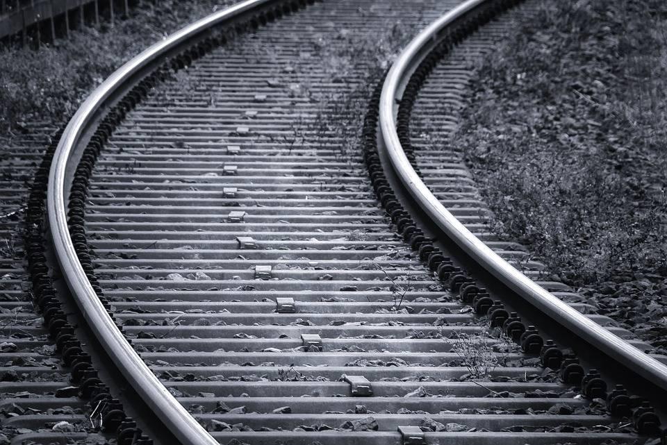 Gli negano l'asilo politico: migrante nigeriano si suicida buttandosi sotto a un treno