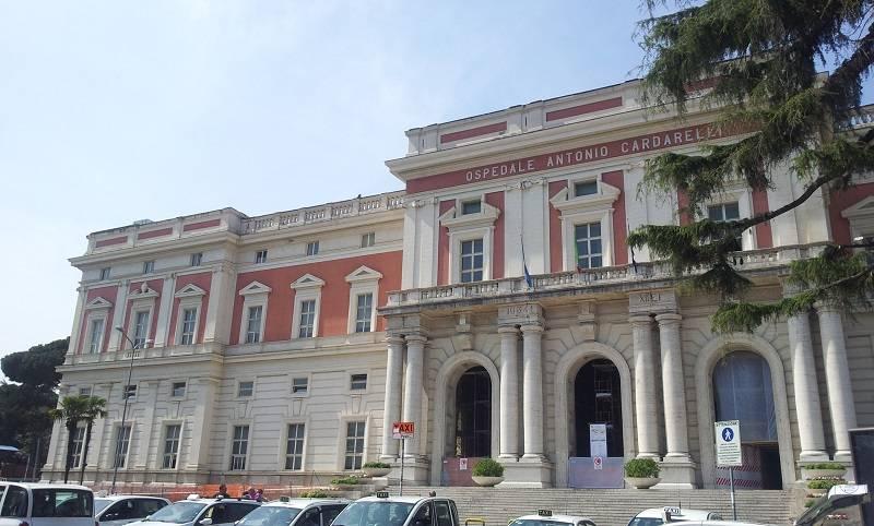 A rischio il posto di lavoro, operai salgono sui tetti dell'ospedale Cardarelli di Napoli e minacciano il suicidio