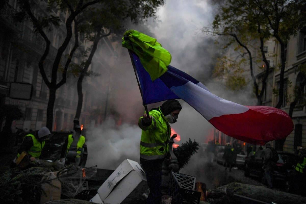 """A Parigi sale ancora la tensione: """"Un colpo di Stato anti Macron"""""""