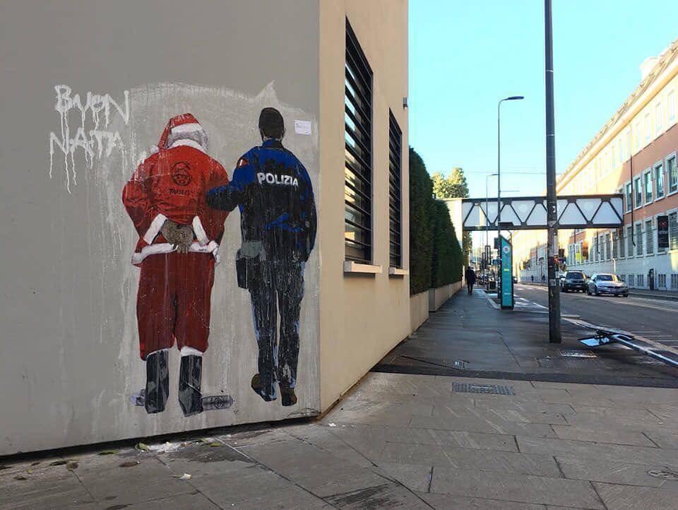 """""""Babbo Natale espulso"""": il graffito dell'autore del bacio Salvini-Di Maio"""