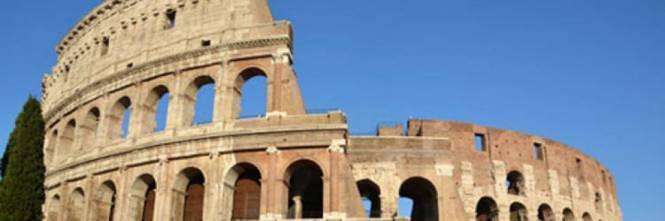 Roma, turista incide iniziali dei figli sul muro del Colosseo