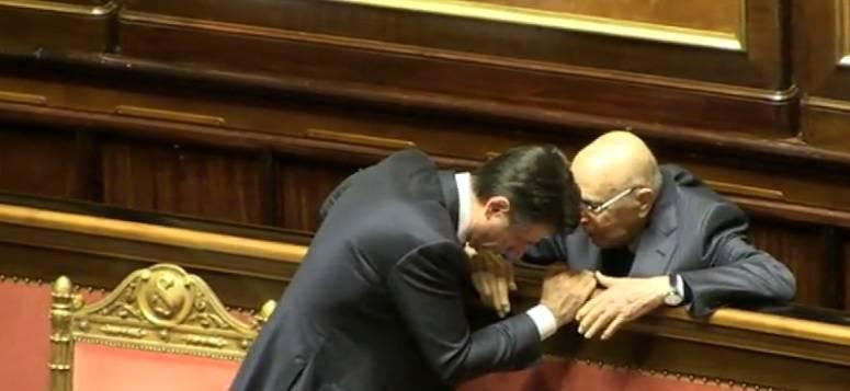 Quello strano siparietto tra Conte e Napolitano