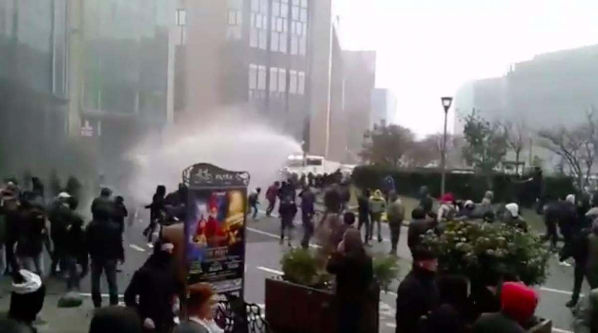 Bruxelles, corteo contro Global compact: scontri tra polizia e manifestanti