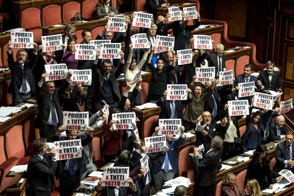 Manovra, al Senato è il caos: passa la fiducia tra urla e risse
