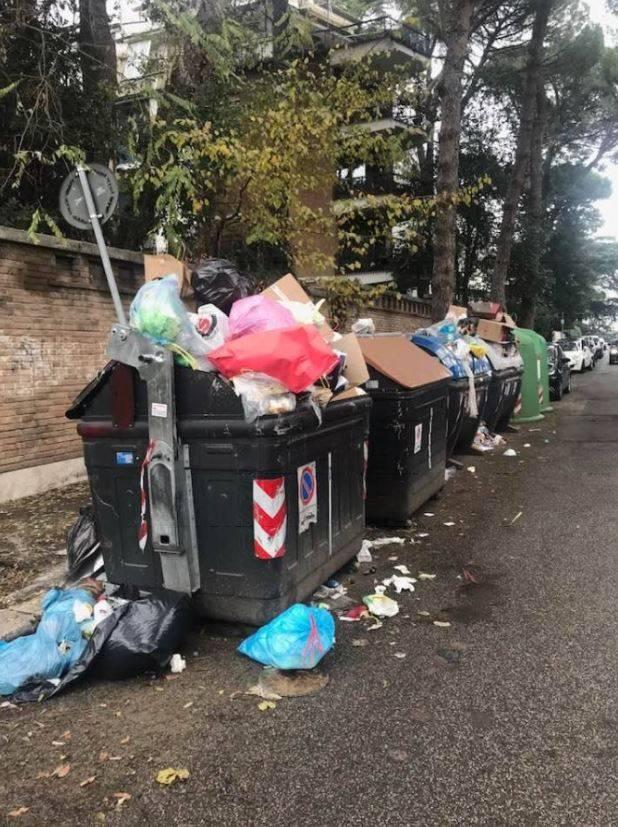 Caos rifiuti nella Capitale: sulle discariche continua il braccio di ferro tra Raggi e Zingaretti