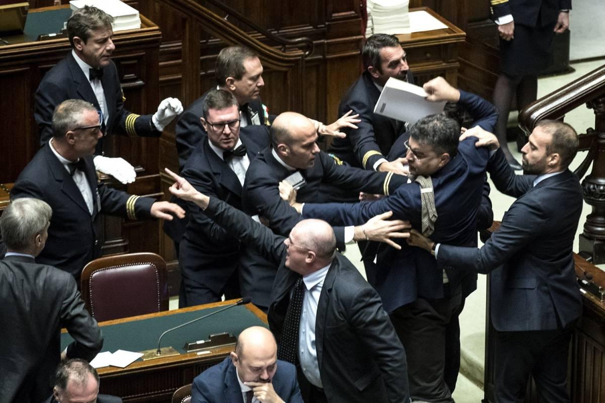 Manovra, bagarre alla Camera: opposizioni all'attacco di Fico