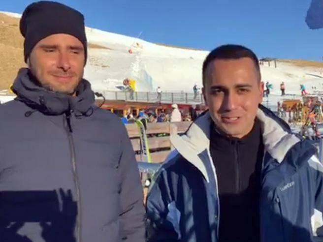 """Di Maio e Di Battista sulla neve: """"Dopo le pensioni tagli a stipendi della Casta"""""""