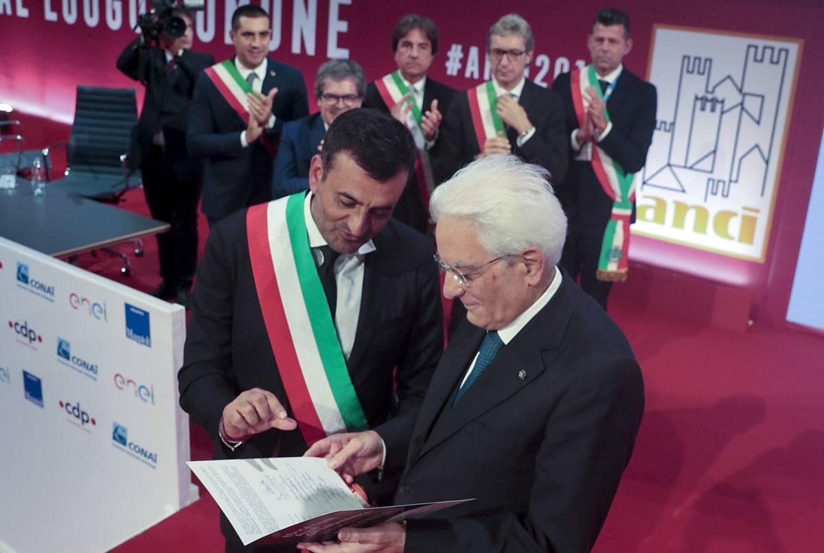 """La sceneggiata dei sindaci ribelli: """"Restituiamo la fascia Tricolore a Salvini"""""""