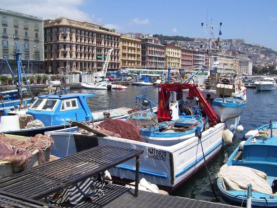 Napoli, il mare di Mergellina diventa bianco a causa di uno sversamento chimico