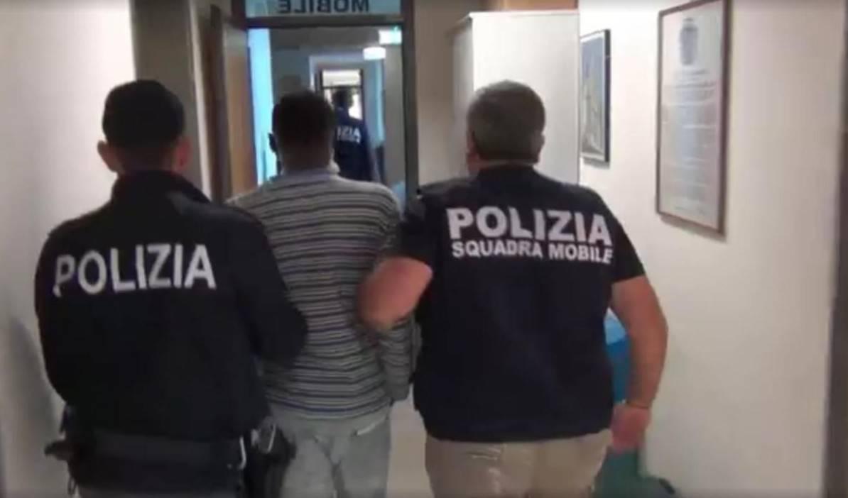Torino, morsi e calci ad agenti che lo liberano, in carcere nigeriano