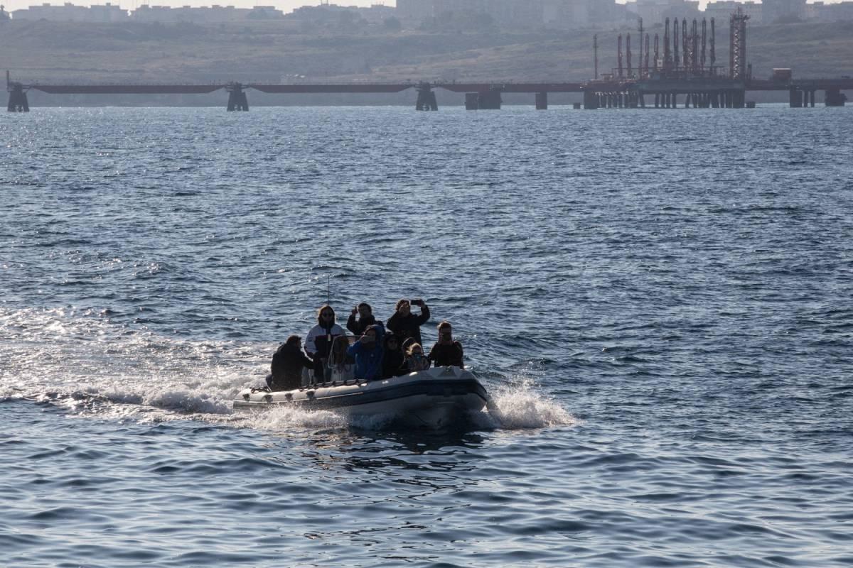Chiuso il mare intorno alla Sea Watch: ma il Pd va in sfilata sulla nave