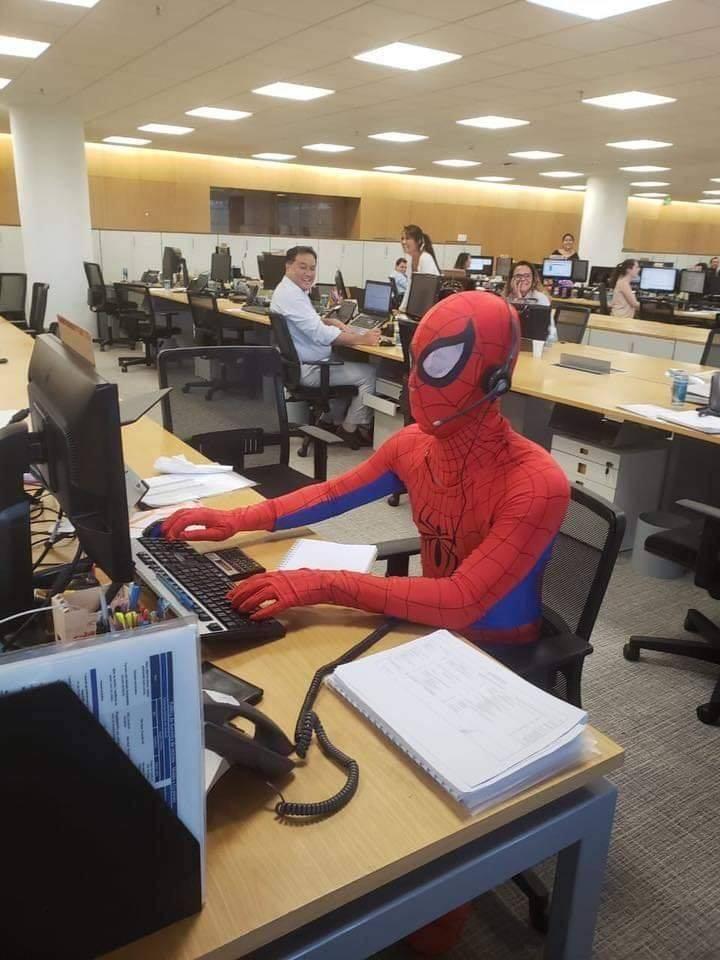 Ultimo giorno di lavoro da supereroe: l'impiegato si veste da Uomo Ragno