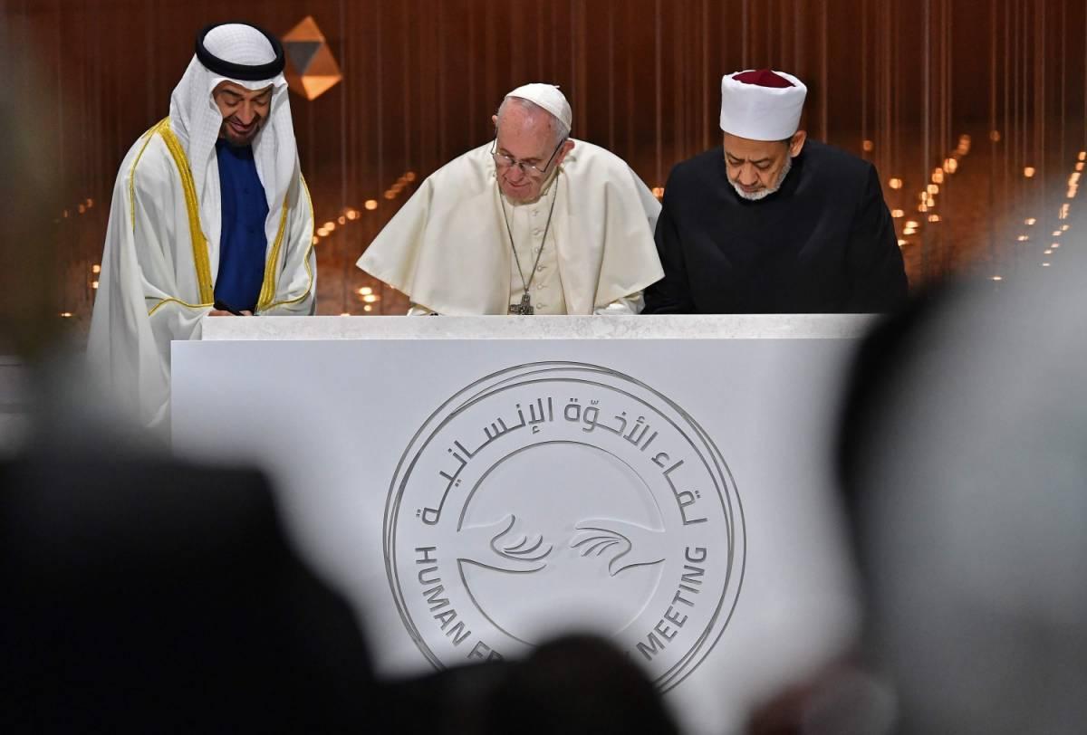 """Il Papa tende la mano all'islam: """"Costruiamo insieme l'avvenire"""""""