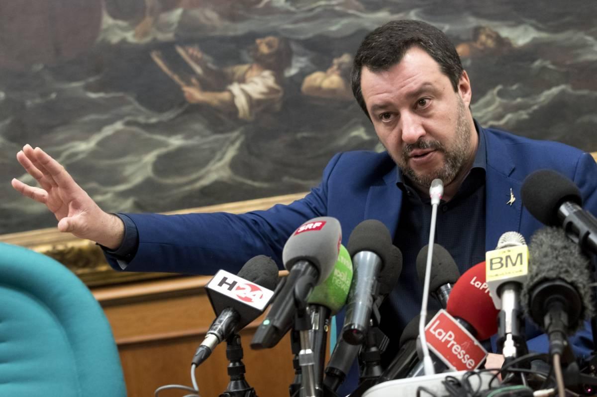"""Latte, Salvini si schiera: """"Subito un euro al litro"""". E i 5 Stelle si infuriano"""