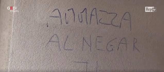 """Scritte razziste contro ragazzo adottato. La madre: """"Brutto clima"""". Salvini: """"Rispettare richiesta di sicurezza"""""""
