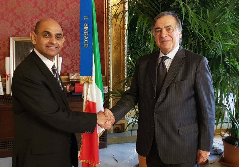 Il sindaco Orlando e l'ambasciatore in Italia del Pakistan, S.E. Nadeem Riyaz.