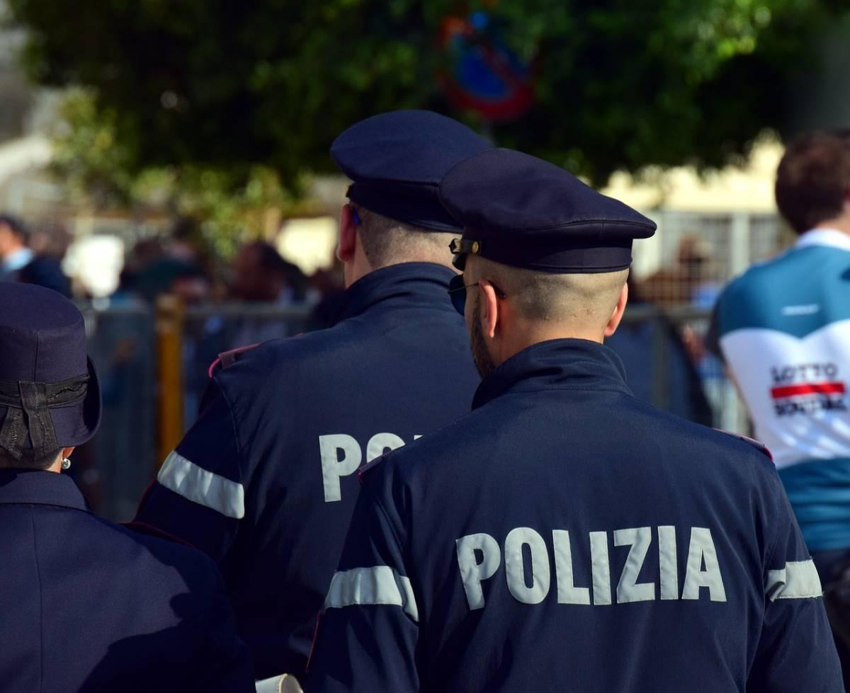 Napoli, poliziotti salvano un bambino