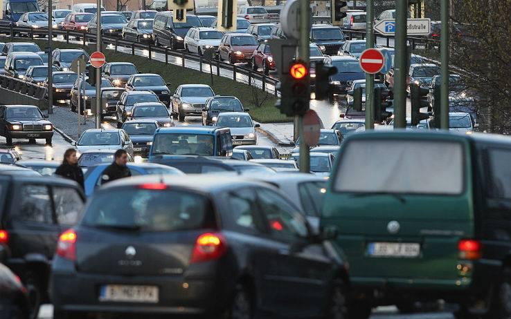 Roma, stop a soste selvagge: a processo chi parcheggia male e blocca passaggio