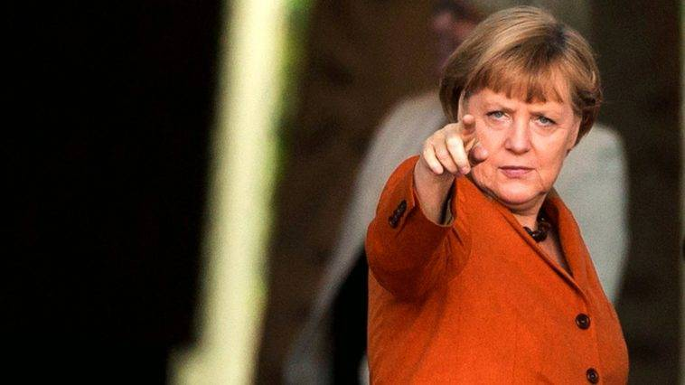 "Merkel vara i ""ritorni ordinati"": così ora caccia via i migranti"