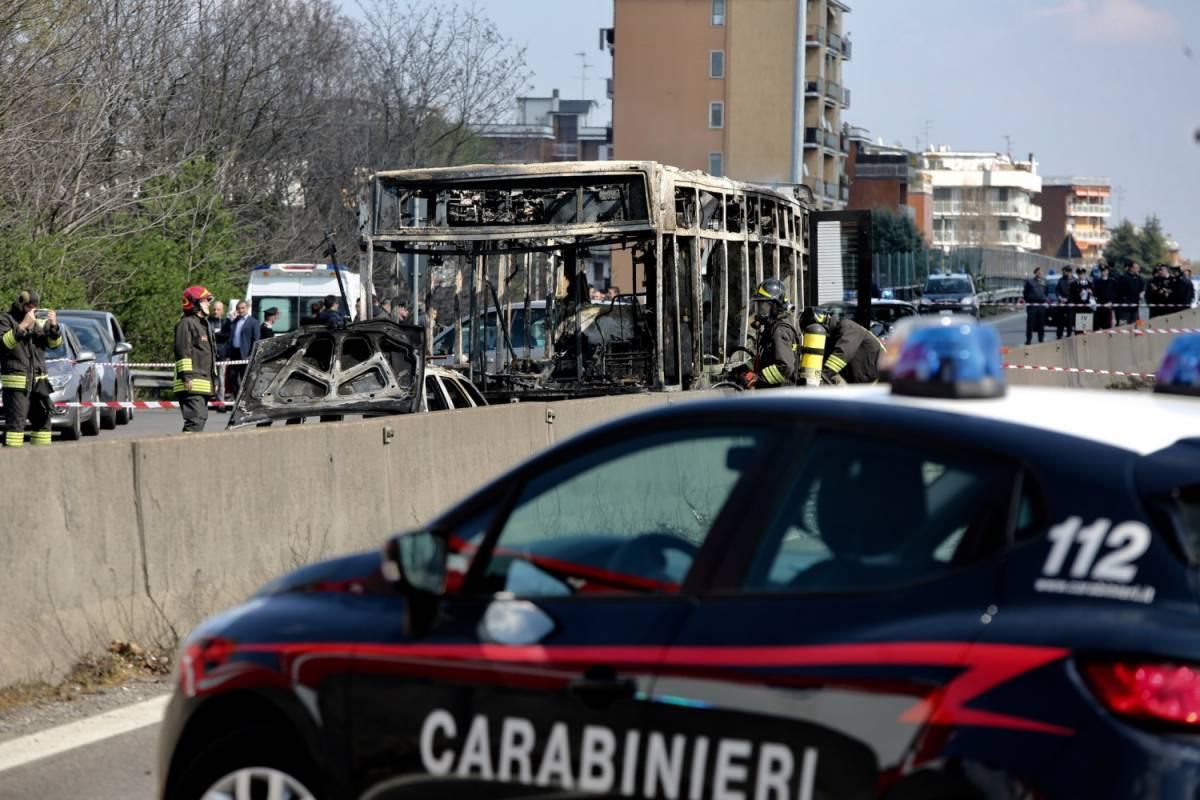 Il carabiniere eroe salva i bimbi. Spacca i vetri del bus a mani nude