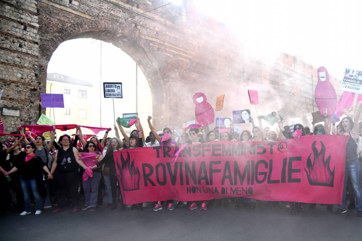 Quelle donne in marcia. Sfila l'odio anti famiglie