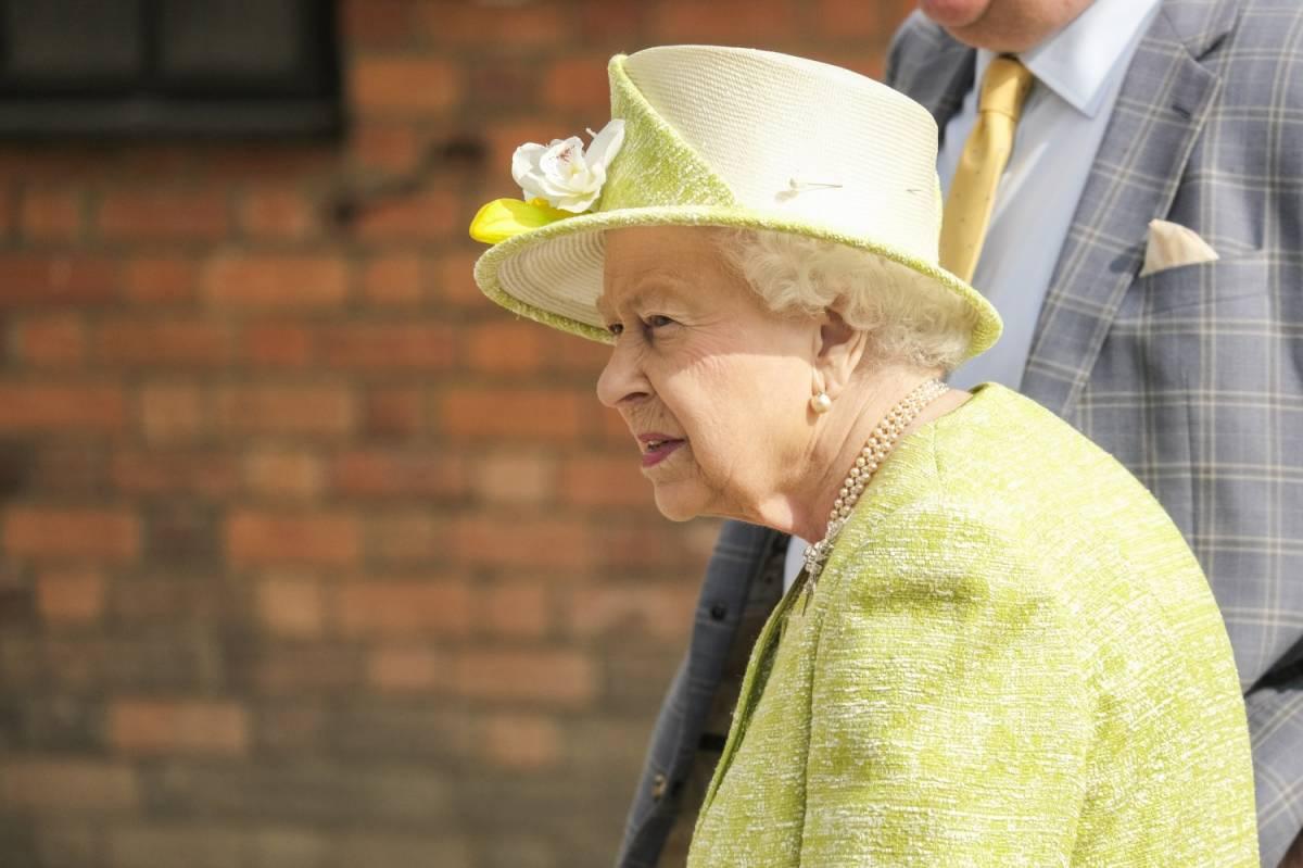 Elisabetta II regala monete ai sudditi per Pasqua
