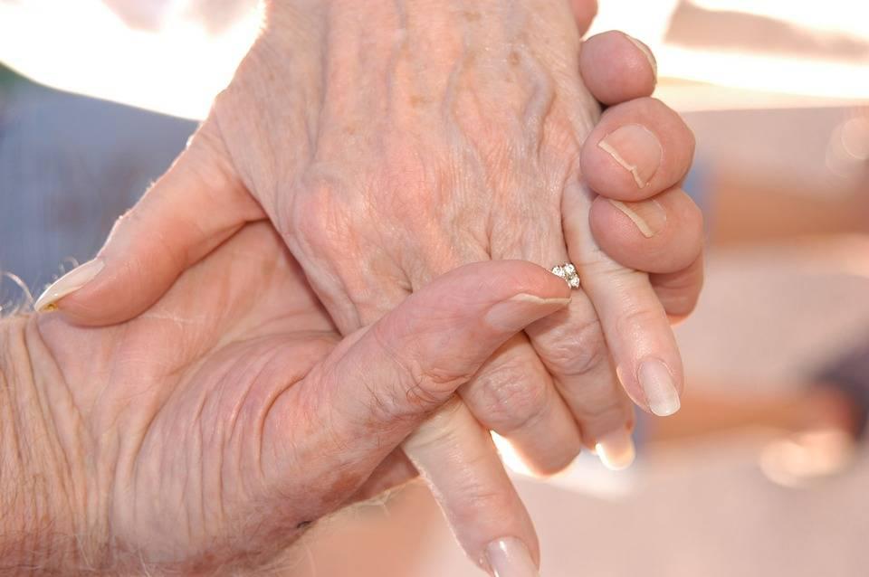 L'anziana fa sesso focoso. E i figli denunciano il suo amante 85enne