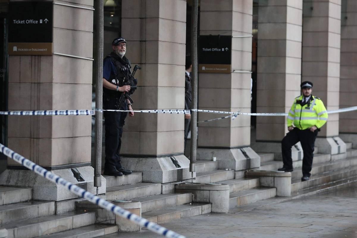 Londra, speronata auto dell'ambasciatore ucraino, polizia spara
