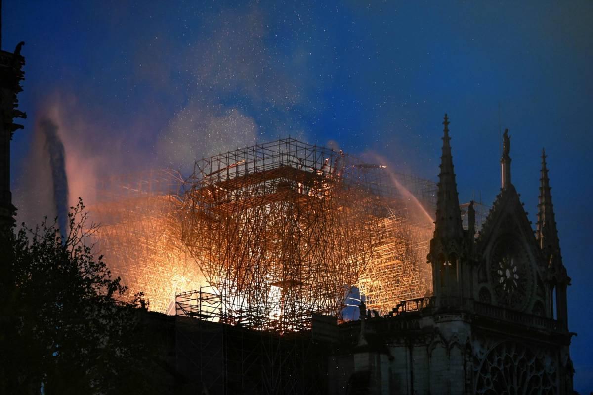 Parigi, in fiamme la cattedrale di Notre Dame