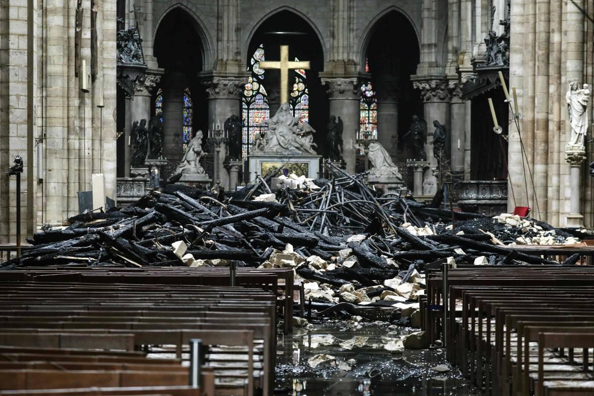 La croce intatta tra le macerie è il segno per salvare l'Europa