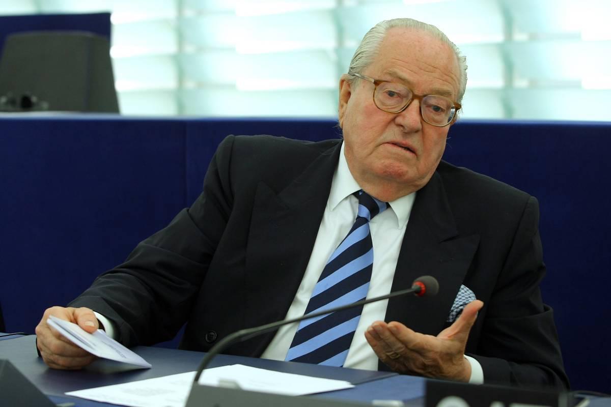 """L'addio di Le Pen al Parlamento Ue: """"I nostri posteri vi malediranno"""""""
