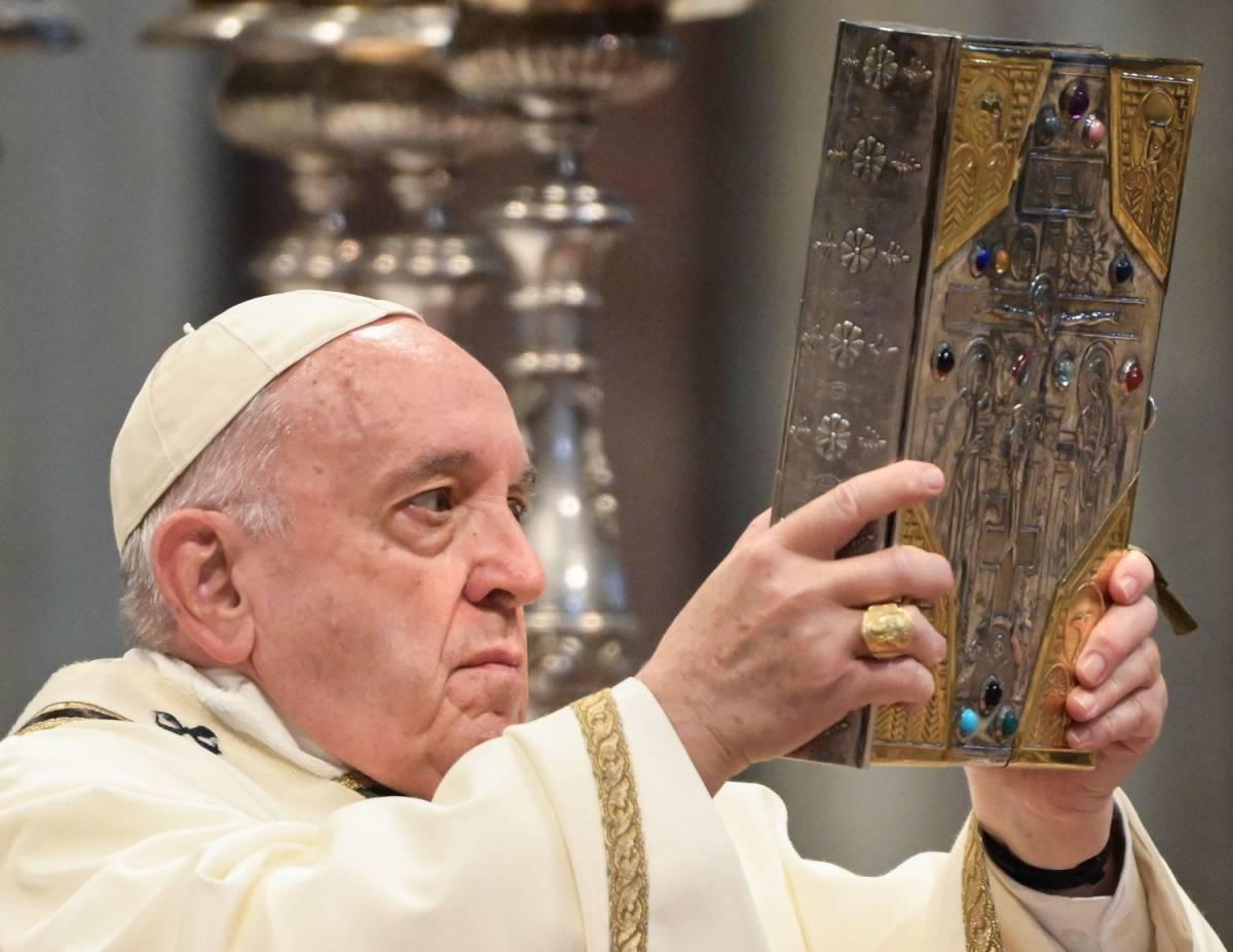"""Pasqua, il messaggio del Papa: """"Aprite le porte, basta muri..."""""""