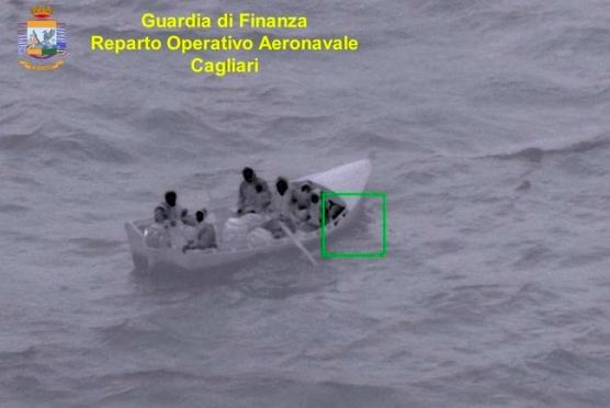 Migranti provano ad arrivare in Italia a remi