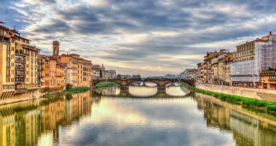 Firenze, minacciato e offeso dopo aver difeso ragazzo straniero