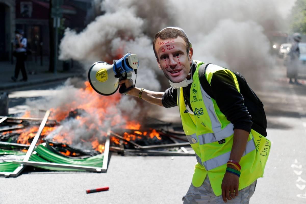 Gli annunci di Macron non fermano i gilet gialli