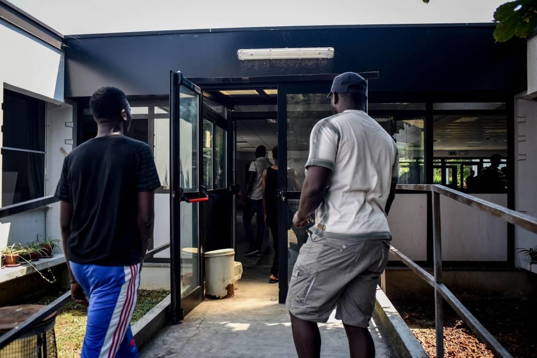 Non vuole lasciare il centro migranti: nigeriano pesta operatori della coop